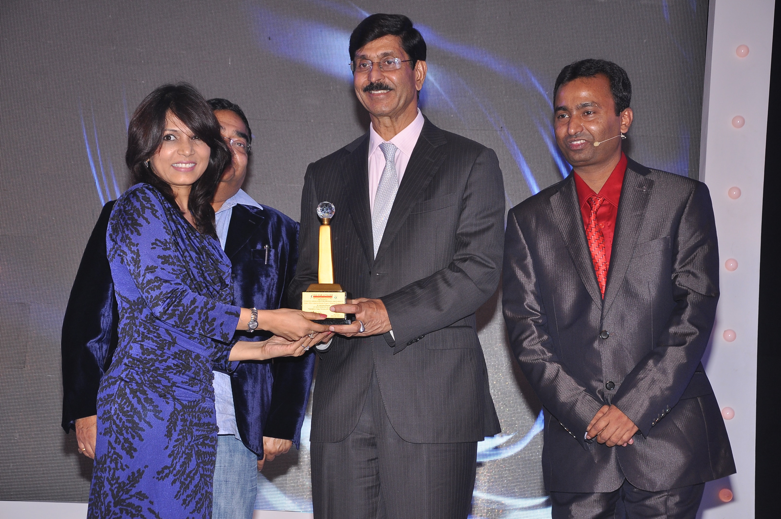Dr. Jaishree receiving an award at The Pharma Leadership Awards as The Best Beauty Expert in the Country